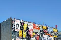 Gezi parkerar protester Demonstranter i den Taksim fyrkanten arkivbild