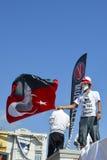 Gezi parkerar protester En person som protesterar vinkar en flagga av Ataturk arkivfoto