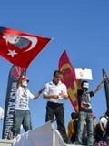 Gezi parkerar protester En person som protesterar vinkar en flagga av Ataturk royaltyfria bilder