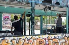 Gezi parkerar protester Skadad offentlig buss som används som barrikaden royaltyfria foton
