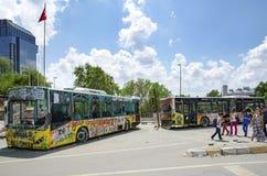 Gezi parkerar protester Skadad offentlig buss som används som barrikaden arkivfoton