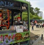 Gezi parkerar protester Skadad offentlig buss som används som barrikaden arkivfoto
