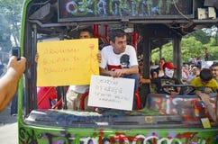 Gezi parkerar protester Skadad offentlig buss som används som barrikaden fotografering för bildbyråer