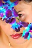 Gezicht achter bloemen Stock Afbeeldingen