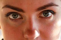 Gezicht, de ogen van het meisje dichtbij, close-up op de zonnige lente stock afbeeldingen