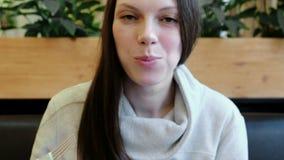 Gezicht die van de close-up het donkerbruine vrouw broodjes met een vork eten Front View stock video