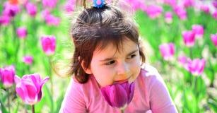 gezicht en skincare Allergie voor bloemen Klein kind Natuurlijke Schoonheid De Dag van kinderen Meisje in de zonnige lente De zom stock foto's