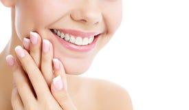Gezicht, handen en gezonde witte tanden van een vrouw stock foto