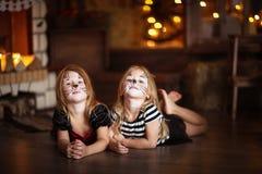 Gezicht het schilderen de donkere achtergrond van meisjeskatten, concept vakantie dar Stock Foto
