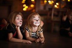 Gezicht het schilderen de donkere achtergrond van meisjeskatten, concept vakantie dar Stock Fotografie