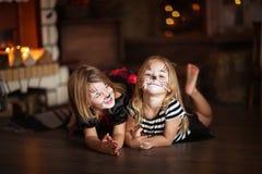Gezicht het schilderen de donkere achtergrond van meisjeskatten, concept vakantie dar Stock Afbeeldingen