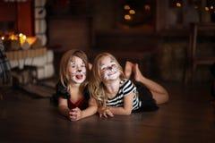 Gezicht het schilderen de donkere achtergrond van meisjeskatten, concept vakantie dar Royalty-vrije Stock Foto's