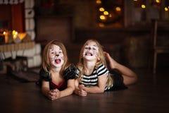 Gezicht het schilderen de donkere achtergrond van meisjeskatten, concept vakantie dar Royalty-vrije Stock Foto