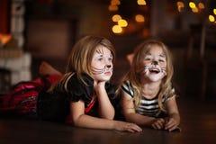Gezicht het schilderen de donkere achtergrond van meisjeskatten, concept vakantie dar Royalty-vrije Stock Fotografie