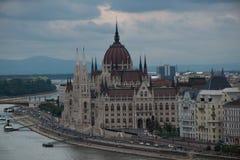 Gezicht op het parlement en de rivieroever van Donau in Boedapest Royalty-vrije Stock Foto's