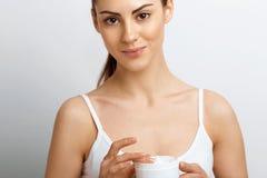 Gezicht skincare Vrouw met gezonde vlotte gezichts schone de flessenroom van de huidholding De zorg van het schoonheidsgezicht Ge stock foto