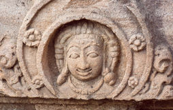 Gezicht van één van de Hindoese goden van tempel, India Voorbeeld van Indische architectuur in Pattadakal, Unesco-de plaats van d Stock Foto