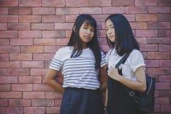 Gezicht van Aziatische tiener twee status en het kijken aan camera met e royalty-vrije stock foto