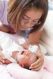 Gezicht van babyzuigeling en moeder Stock Afbeeldingen