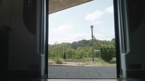 Gezicht van de deuren van het sluiten van treinen Aanzicht op het groene park van Girona stock footage