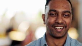 Gezicht van de gelukkige glimlachende Hindoese mens stock video