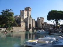 Gezicht van de oude stad van Sirmione op het meer van Garda in Italië Stock Foto's