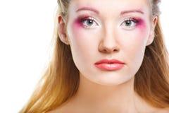 Gezicht van een aantrekkingskrachtvrouw met moderne krullende hairstyl Royalty-vrije Stock Foto