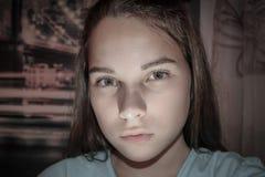 Gezicht van een bang gemaakte tiener stock fotografie