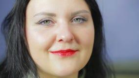 Gezicht van een glimlachende vrouw met heldere rode lippenstift stock video