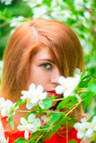 Gezicht van een mooi meisje en een tot bloei komende jasmijn Stock Foto