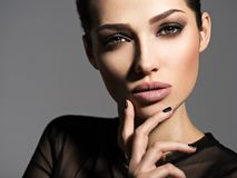 Gezicht van een mooi meisje met rokerige ogenmake-up stock fotografie