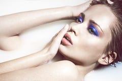 Gezicht van een sexy meisje met heldere make-up Stock Fotografie