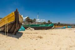 Gezicht van een vissersboot alleen in kust met de achtergrondmening wordt geparkeerd, Visakhapatnam, Andhra Pradesh, 05 Maart 201 royalty-vrije stock fotografie