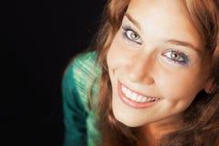Gezicht van gelukkige blije jonge vriendschappelijke vrouw Stock Fotografie