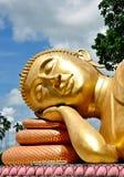Gezicht van het Gouden standbeeld van Boedha in Wat Chak Yai, Chanthaburi, Thailand Royalty-vrije Stock Foto's