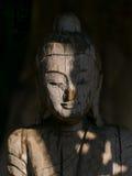 Gezicht van het houten standbeeld van Boedha Stock Afbeelding
