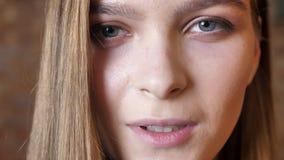 Gezicht van het jonge meisje glimlachen met gesloten ogen, lettend op bij camera, het dromen concept stock footage