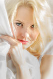 Gezicht van jonge die vrouw in een wit blad wordt verpakt stock foto's