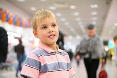 Gezicht van kind in winkel Royalty-vrije Stock Foto