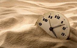 Gezicht van klok in zand Stock Foto's