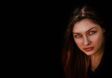 Gezicht van kwade donkere griezelige vrouw stock fotografie
