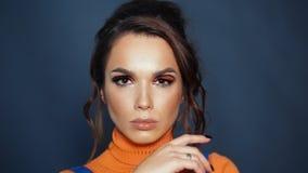 Gezicht van mooi donkerbruin modelmeisje met heldere make-up Het aandachtige wijfje kijkt stock video