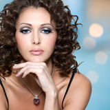 Gezicht van mooie vrouw met lange krullende haren Stock Fotografie