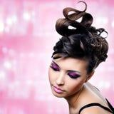 Gezicht van mooie vrouw met manierkapsel en glamourmakeu Stock Afbeelding