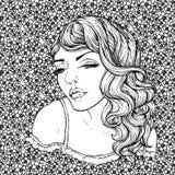 Gezicht van vrij elegant bohomeisje op bloemenachtergrond Mooi golvend krullend haar en pouty lippen Stock Afbeelding
