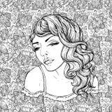 Gezicht van vrij elegant bohomeisje op krabbelachtergrond Mooi golvend krullend haar en pouty lippen Stock Foto's