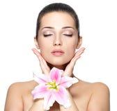 Gezicht van vrouw met bloem. De behandeling van de schoonheid Royalty-vrije Stock Foto