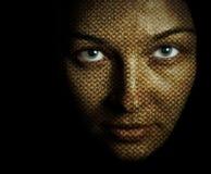 Gezicht van vrouw met geweven huidmasker stock afbeelding