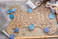 Gezicht-versla stukken van Zellige-terracotta verglaasde tegels om een Marokkaans mozaïekpatroon te vormen stock fotografie