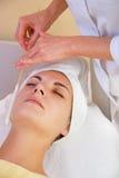 Gezichts cryogene massage royalty-vrije stock afbeeldingen
